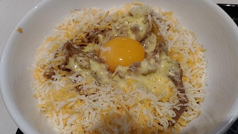 卵をトッピングしたダブルチーズカルボ丼