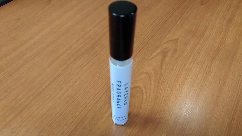 細長いペンのような香水スプレー