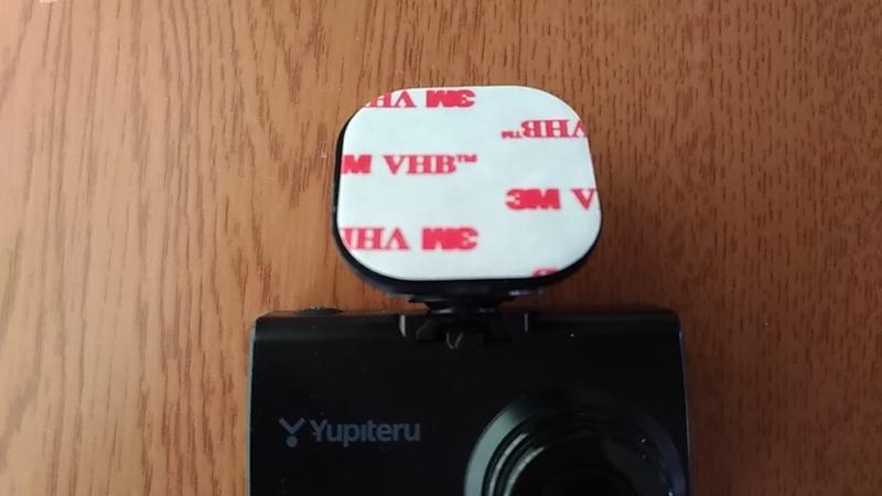 新しい両面テープを貼ったドラレコ