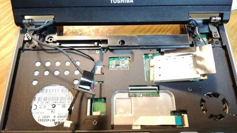 細いケーブルと無線LANカード