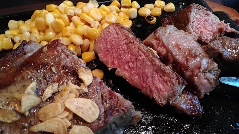 ナイフで切るステーキ