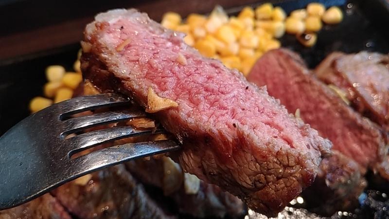 フォークに刺した肉