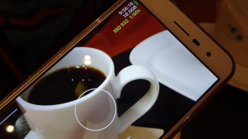 コーヒーカップを撮る場面