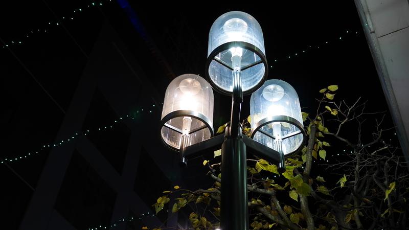 夜の点灯中の街灯