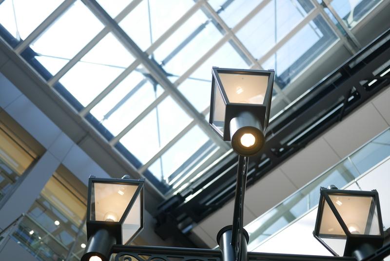 駅の通路の外灯