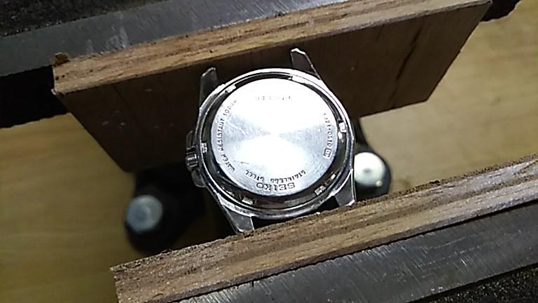 時計を万力で固定