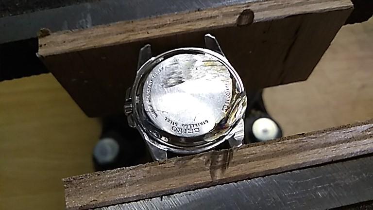 時計の裏蓋を削る