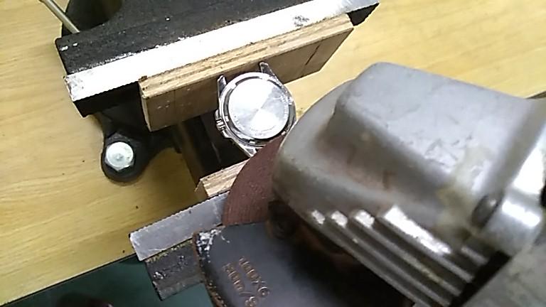 裏蓋へディスクグラインダー