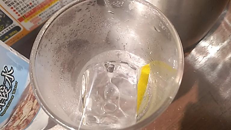 グラスの中のレモン