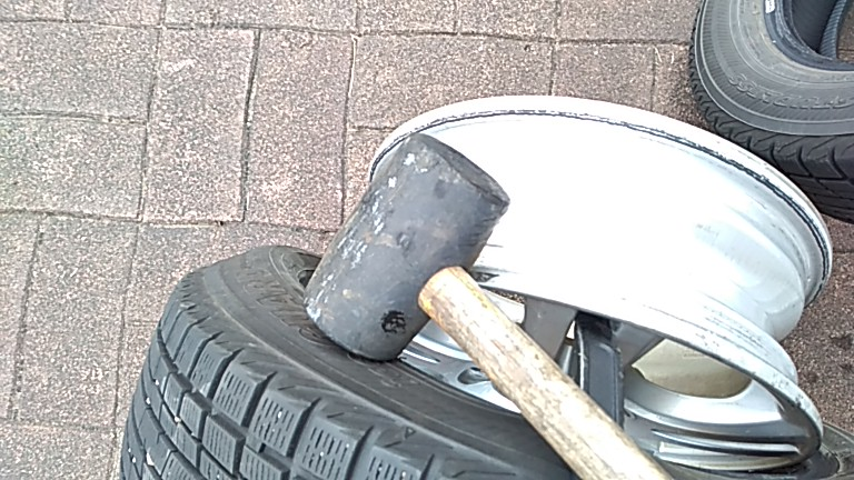 タイヤレバーとゴムハンマーを使い分離