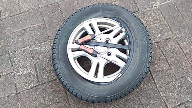 タイヤレバーでタイヤを外す作業