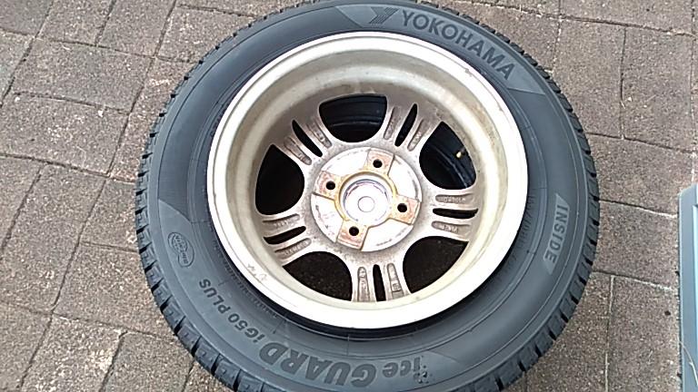 タイヤの内側からホイールを入れる