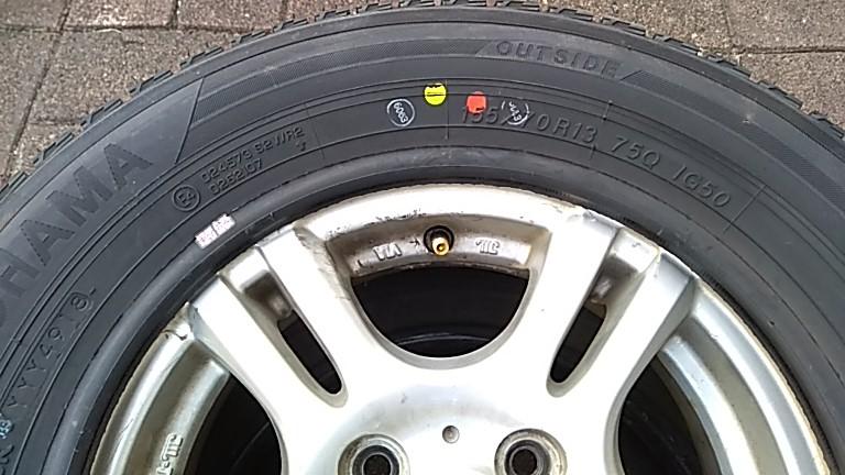 タイヤの軽点マークをバルブ位置に合せる
