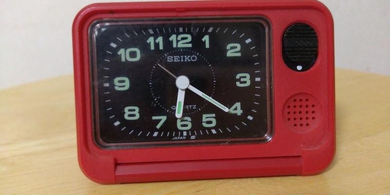 携帯用の赤い目覚まし時計QQ611R