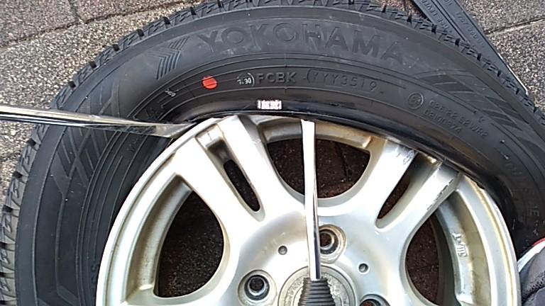 タイヤレバーでホイールにタイヤを入れる