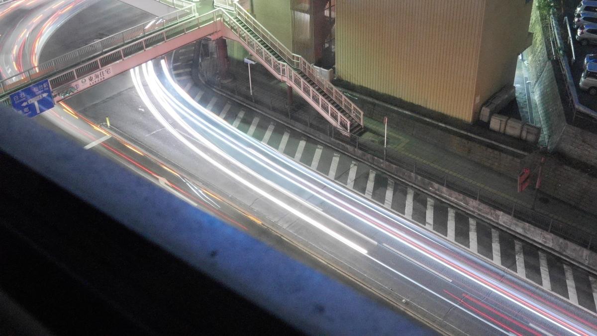 交差点を通過する自動車