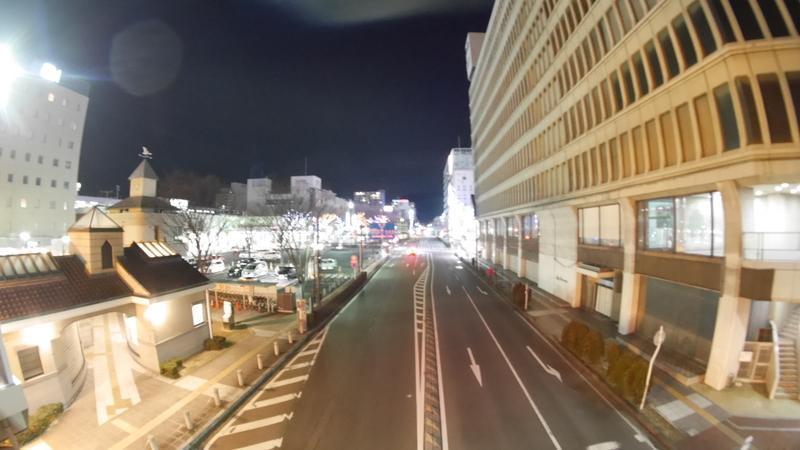 地方都市の駅前の夜