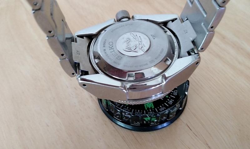 時計を方位磁石に近づけてみる