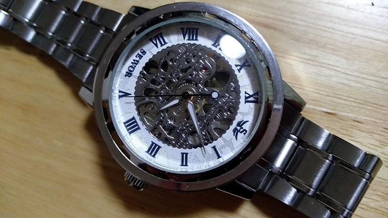 文字盤側からゼンマイが見える時計