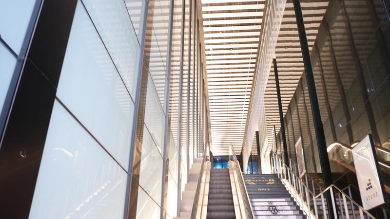 商業ビルのエスカレーター