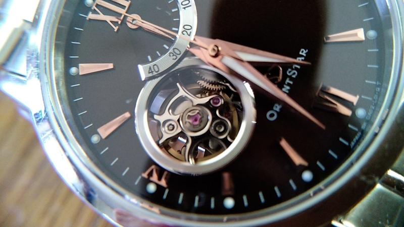 文字盤から機械が見える腕時計