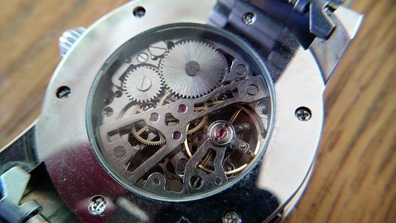 腕時計の裏蓋から見える機械