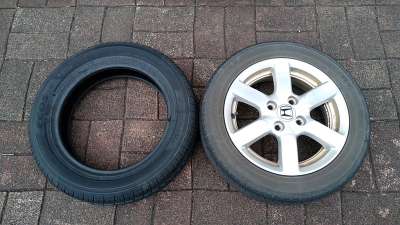 右がホイール付き純正タイヤ