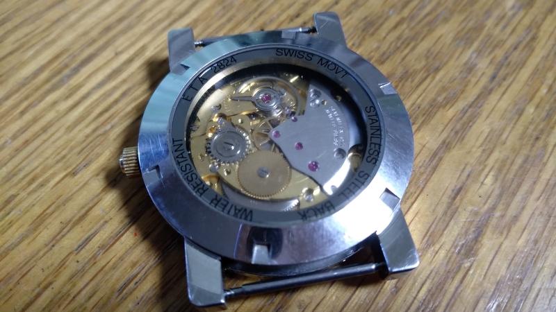 裏蓋を閉めた手巻きカスタム時計