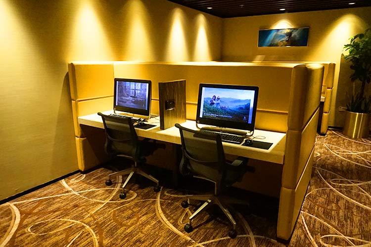 シルバークリスラウンジ(First class)パソコン