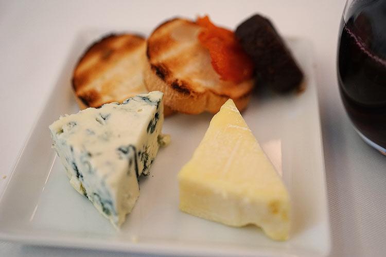 ANA ビジネスクラス 機内食 チーズ