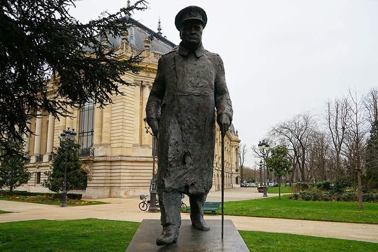 チャーチル像