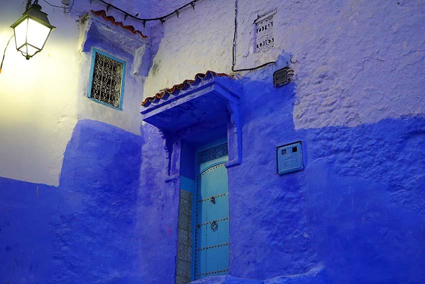 街灯と青い壁