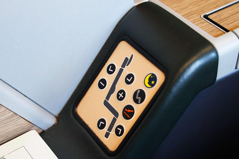 エバー航空ビジネスクラス リクライニングボタン
