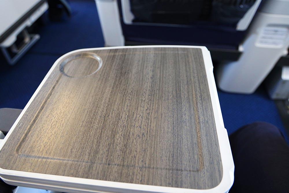 ANA A321neoプレミアムクラス テーブル半開き