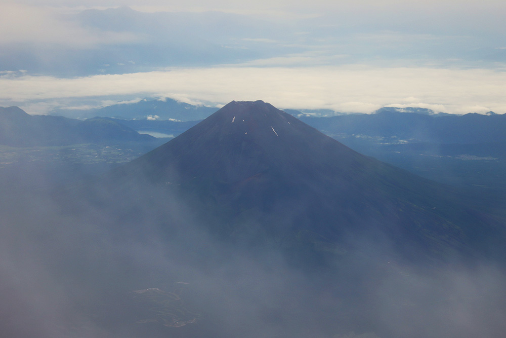 雲の合間から富士山