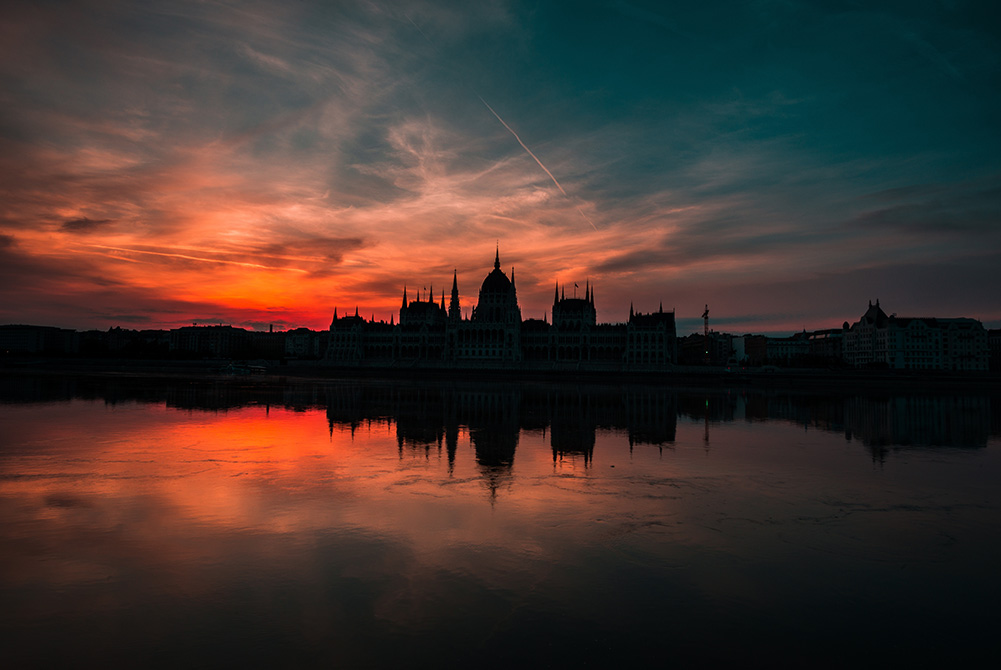 fハンガリー国会議事堂とドナウ川