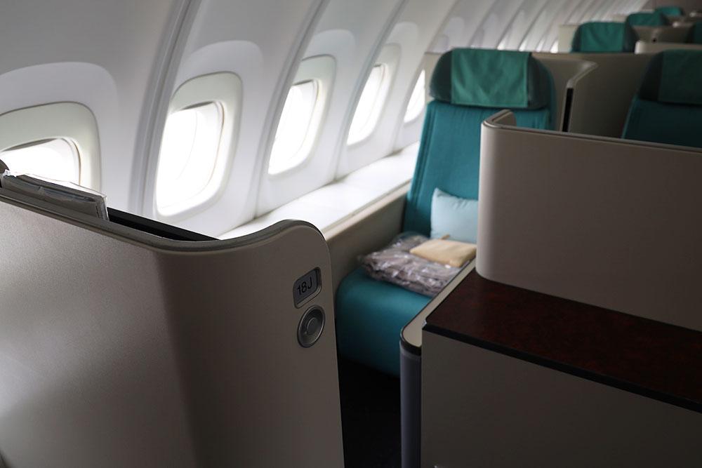 大韓航空 ボーイング747-8 18J席