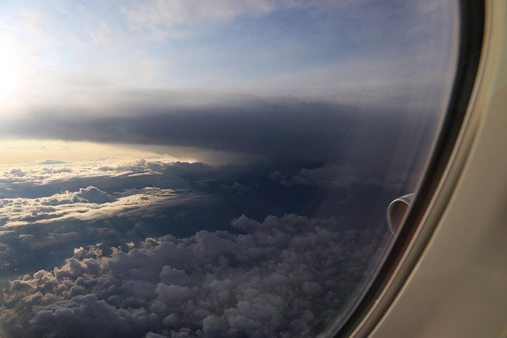 ボーイング747-8 2階席からのエンジンの眺め
