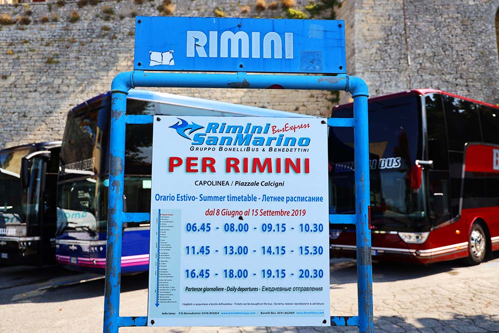 リミニ行きバス停