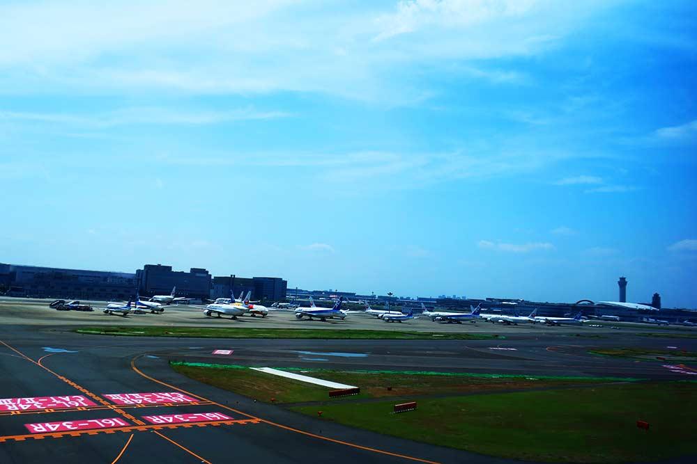 駐機する飛行機