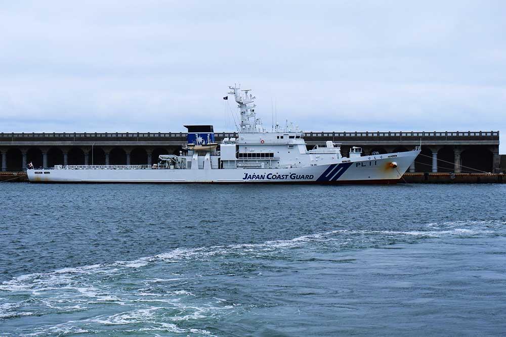 防波堤ドームと巡視艇