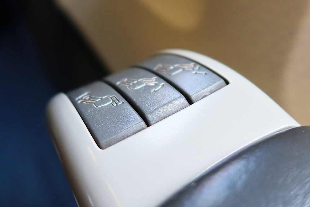 リクライニングボタン