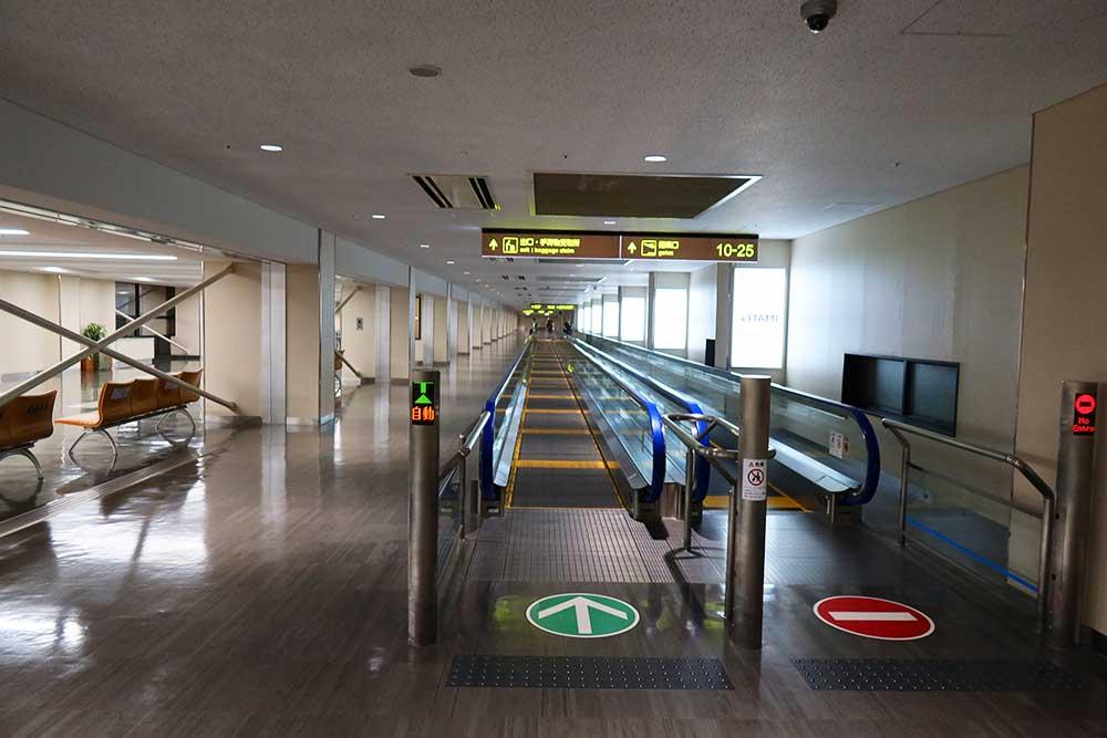 伊丹空港歩く歩道