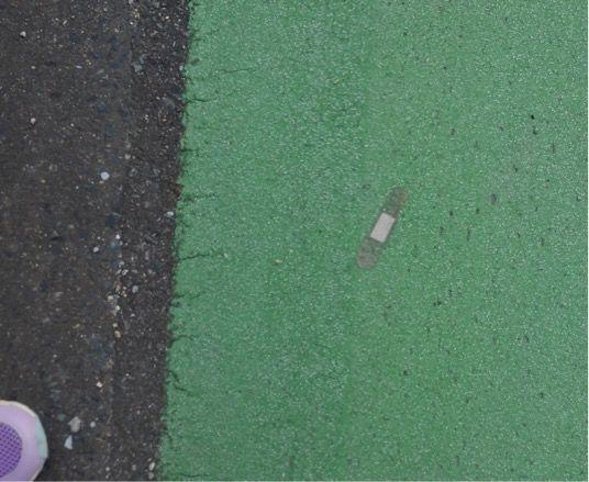 地面に貼られたばんそうこう