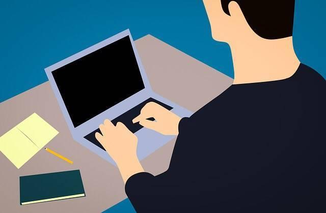 パソコンをうつ男性