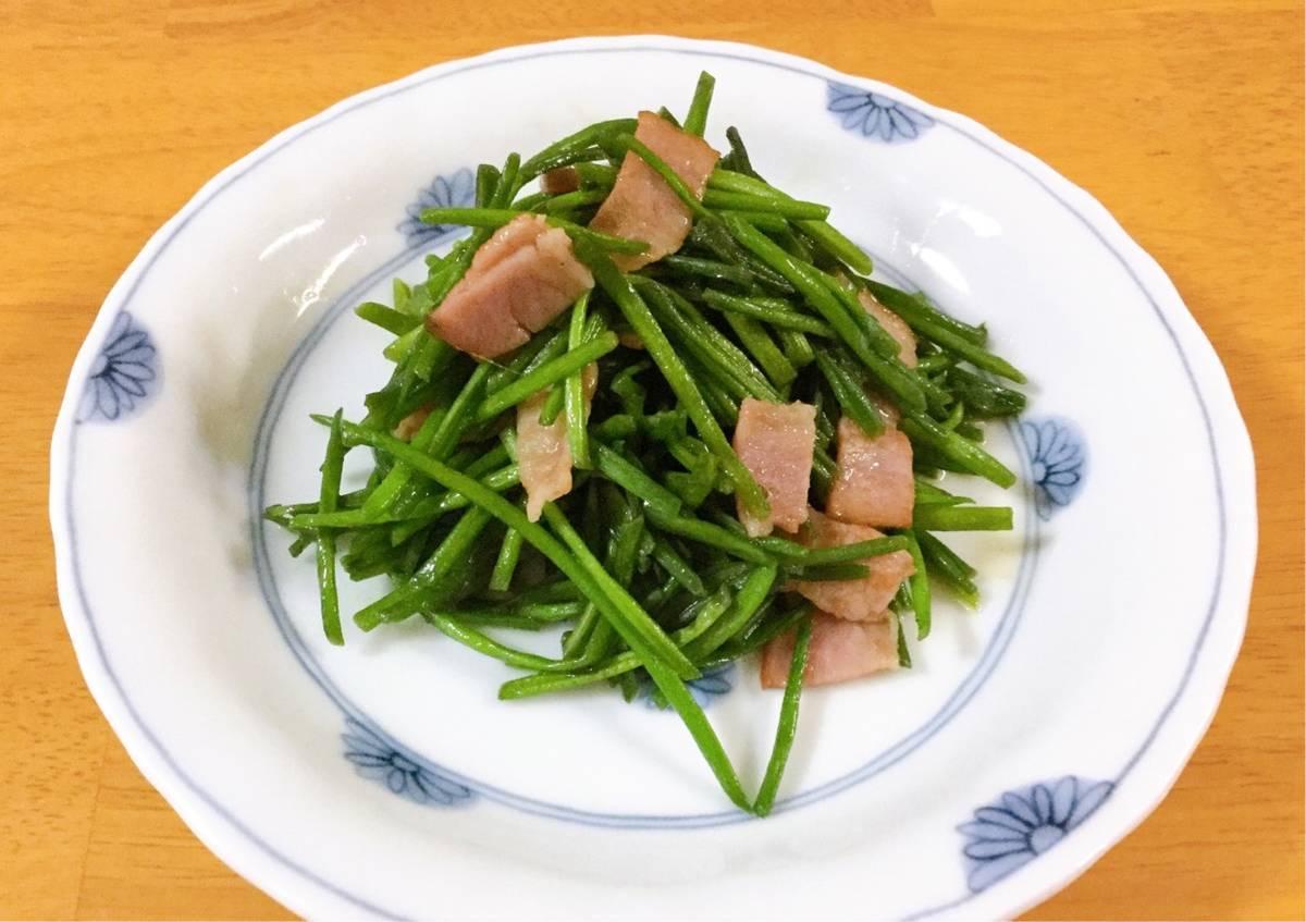ベーコンと炒めた水蓮菜の写真