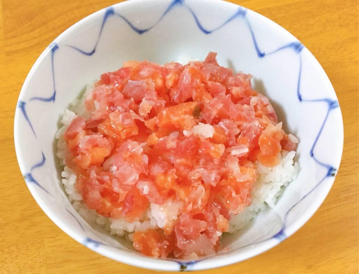 マグロ・サーモン・赤エビ丼の写真