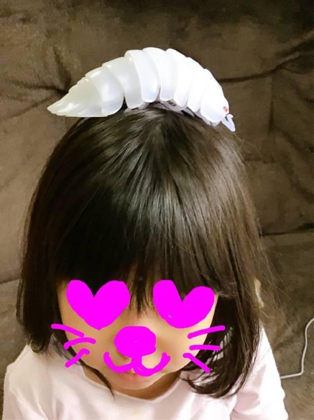 ダンゴムシガチャを帽子にしている次女の写真