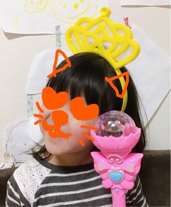 長女の小学校の夏祭りで買ったでっかいカチューシャをつけた次女の写真