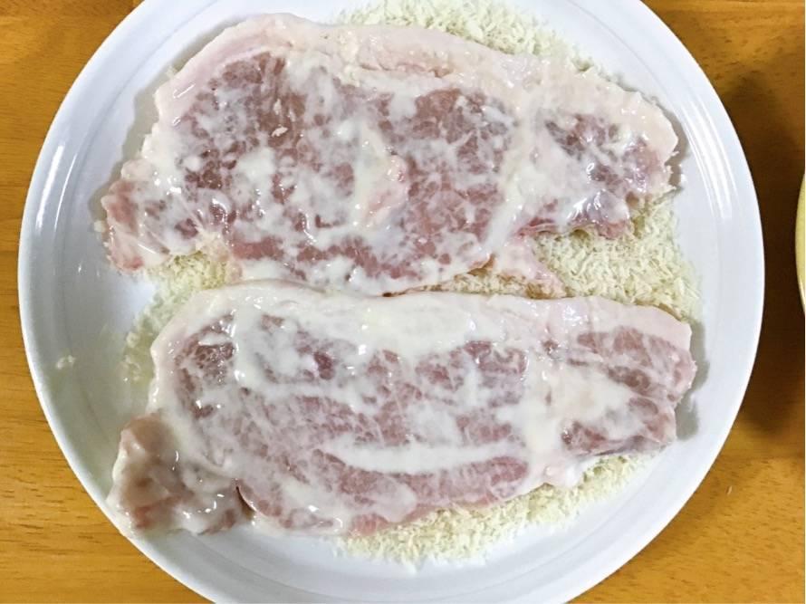 豚ロース肉の片面にパン粉
